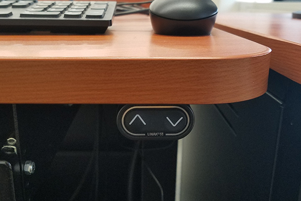 Raise and lower automatic desk - close up